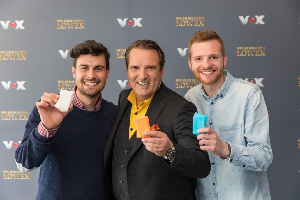 """Johannes Lutz (r.) und Christoph Lung haben einen Deal mit Ralf Dümmel (M.). Er investiert 250.000 Euro für 25 Prozent der Anteile an """"Duschbrocken"""".(Foto: RTL / Bernd-Michael Maurer)"""