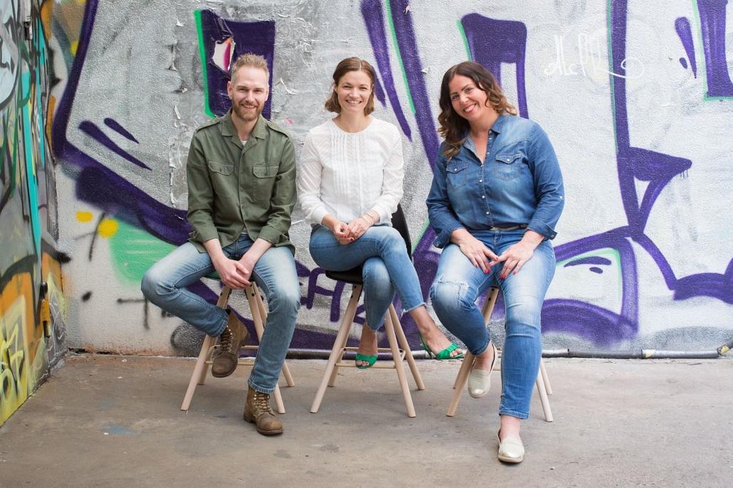 """Das Team von Pahnke Open Kitchen: Florian Bruns (Startup Communicator), Insa Horsch (Geschäftsführerin) und Anja Junkersfeld (Food Innovator). (Foto: Indra Ohlemutz """"io-Fotografie"""")"""