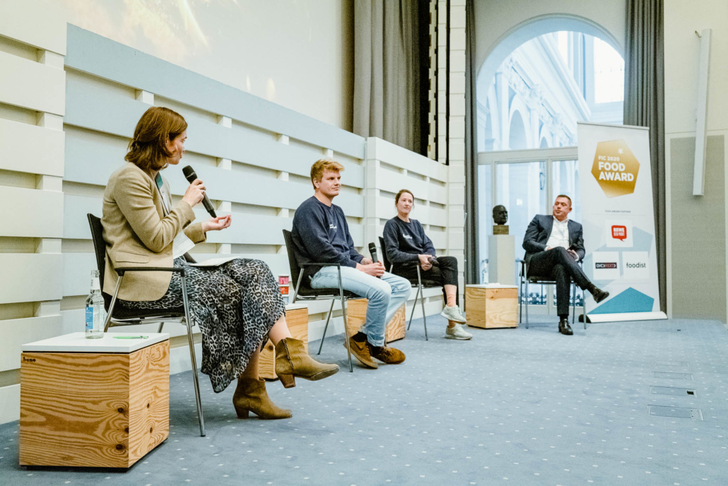 Von links nach rechts: Insa Horsch vom Growth Dock im Gespräch mit Jacob von Manteuffel und Deniz Ficicioglu von Nordic Oceanfruit und Jochen Vogel von der REWE Nord.