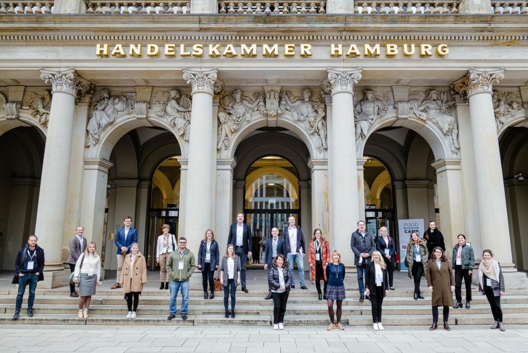 Zum Gruppenbild haben sich alle Teilnehmerinnen und Teilnehmer vor der Handelskammer Hamburg versammelt.