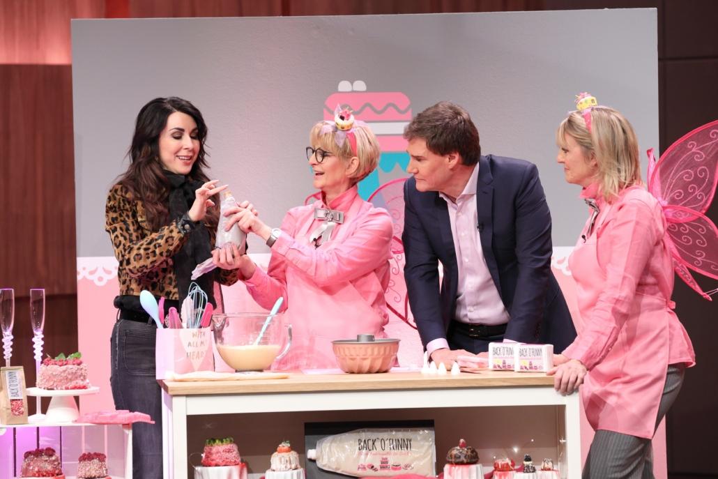 Judith Williams und Carsten Maschmeyer  probieren die Creme von  BACK'O'FUNNY der Gründerinnen Gisela van Bebber (2.v.l.) und Sabine Kämper.