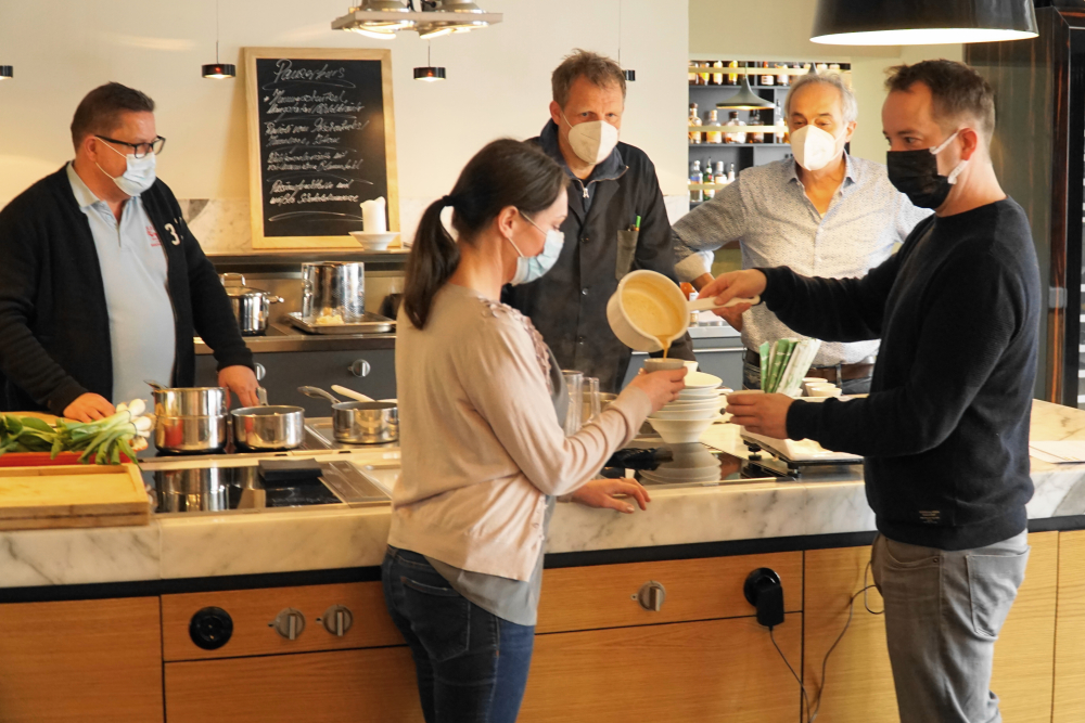 Bei einem Workshop in Hamburg wurde an den Rezepten von TADA Ramen gefeilt. Vorsichtig füllen Jessica und Matthias Bruckhoff die Suppe um. Im Hintergrund schauen Jörg Nöcker, Thorsten Behnk und Christian Rach zu.