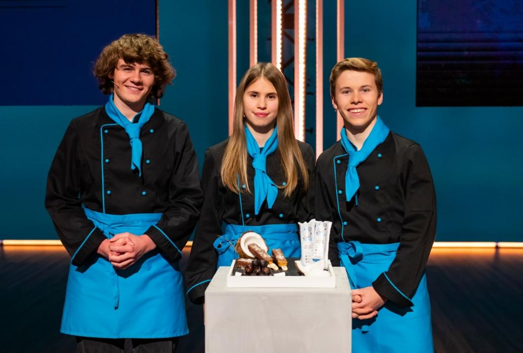 Leon Gilges, Alina Schrainer und Christian Spinnrath mit ihrem Dattel-Kokos-Riegel.