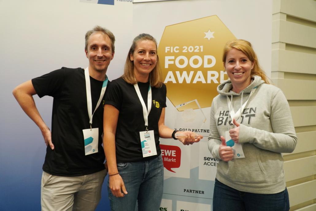 Matthias Rother und Kristin Lebherz von Beetgold und Janine Trappe von Heldenbrot freuen sich über den Sonderpreis.
