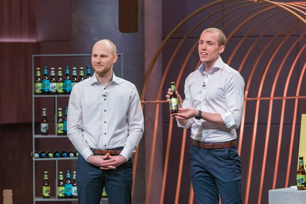 Erik Dimter und Tristan Brümmer aus Hamburg den Löwen JoyBräu, ihr alkoholfreies Proteinbier.